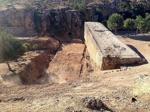 Les sondages réalisés par une équipe de l'Université libanaise ont livré un monolithe de 19,6 mètres de long, six mètres de large et 5,5 mètres d'épaisseur, à 800 mètres des ruines romaines de Baalbeck © OLJ